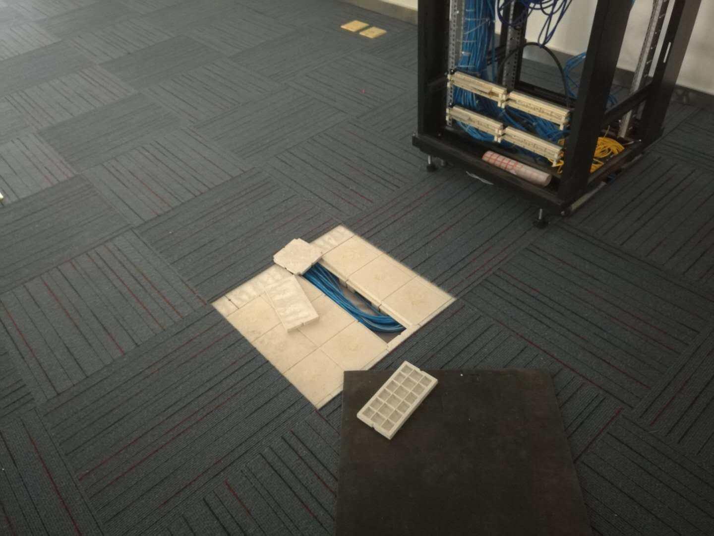 ABS网络地板表面为什么要铺地毯?
